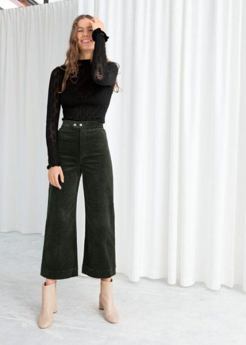 outfit con pantalon verde oscuro recortado de terciopelo para mujer