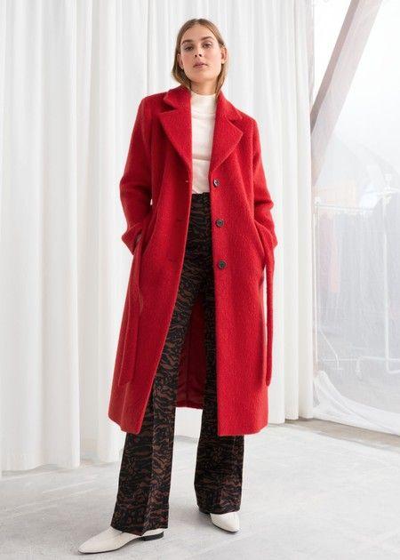 outfit con tapado largo rojo