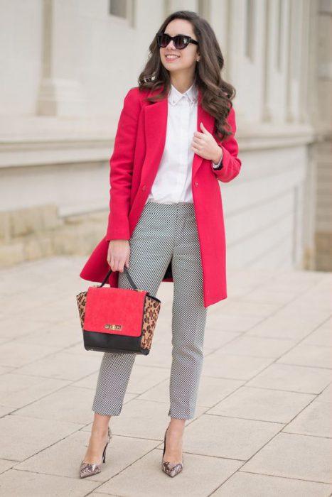 outfit formal con tapado rojo