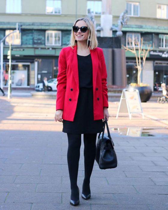 outfit formal con tapado rojo y vestido negro