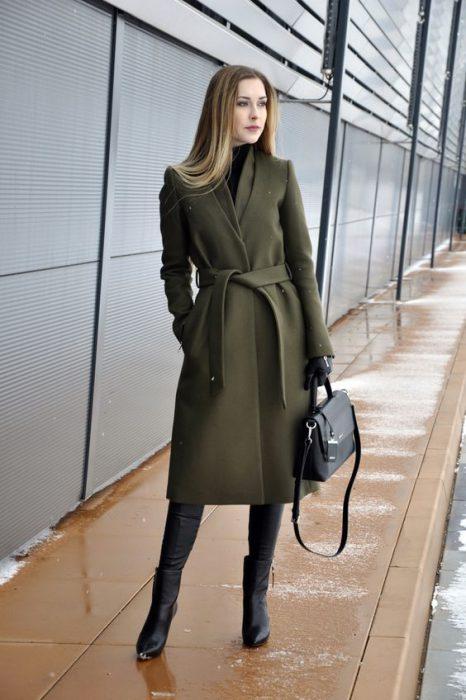 outfit formal con tapado verde oliva