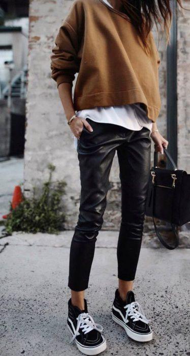 outfit informal con pantalon de cuero