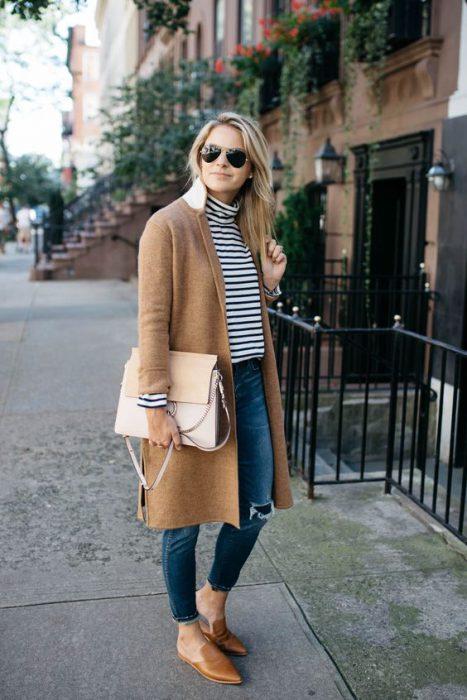 outfit informal con tapado beige