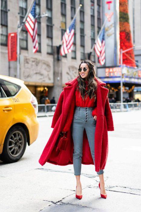 outfit juvenil y moderno con tapado rojo