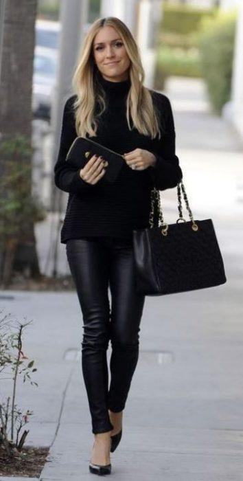 outfit para ocicina con pantalon negro y sweater cuello tortuga