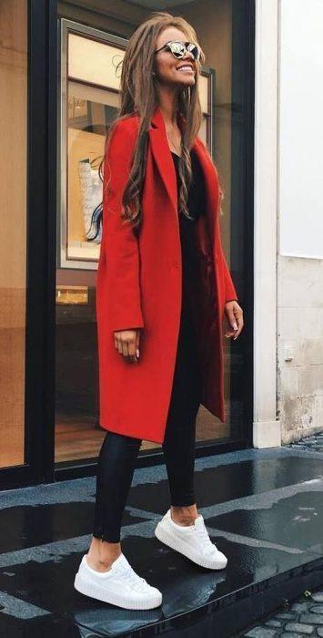 outfit sporty chic con tapado rojo largo medio