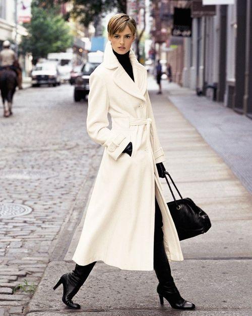 outfit urbano con tapado largo de pano blanco
