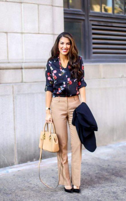 pantalones chinos con blusa estampada
