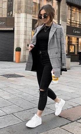 saco a cuadros con jeans negros