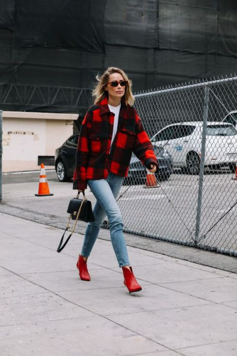 saco a cuadros rojos y jeans