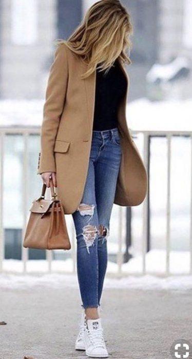 saco beige y jeans