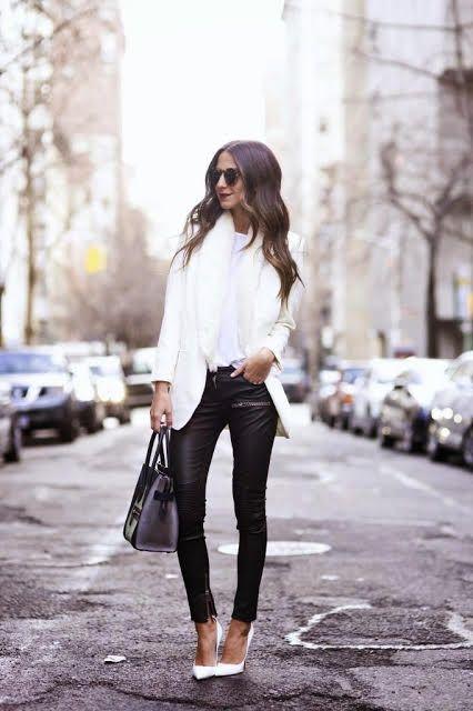 saco blanco corto y pantalon de cuero