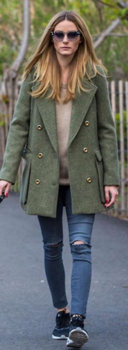 saco verde oliva y jeans