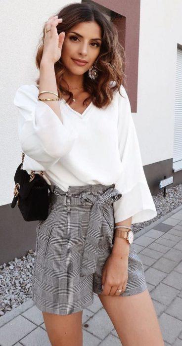 short a cuadros con blusa blanca