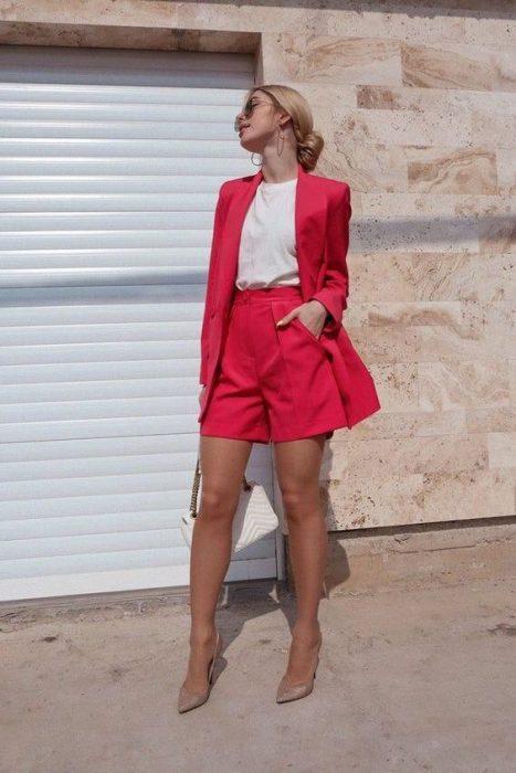 short rojo de corte sastrero elegante