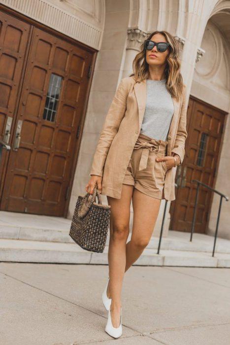 short y blazer de lino beige