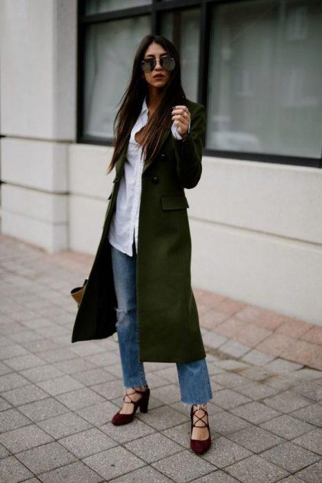 tapado verde jeans y camisa blanca