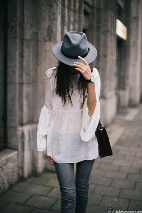 a la moda con sombrero