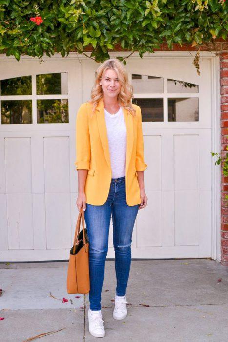 blazer amarillo con jeans