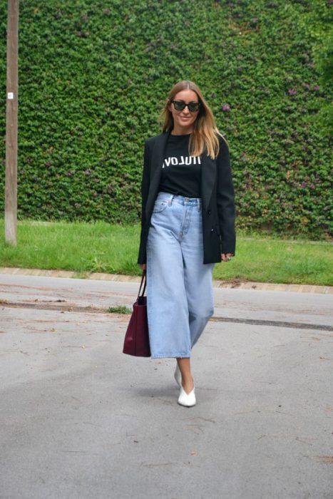 blazer con jeans ancho