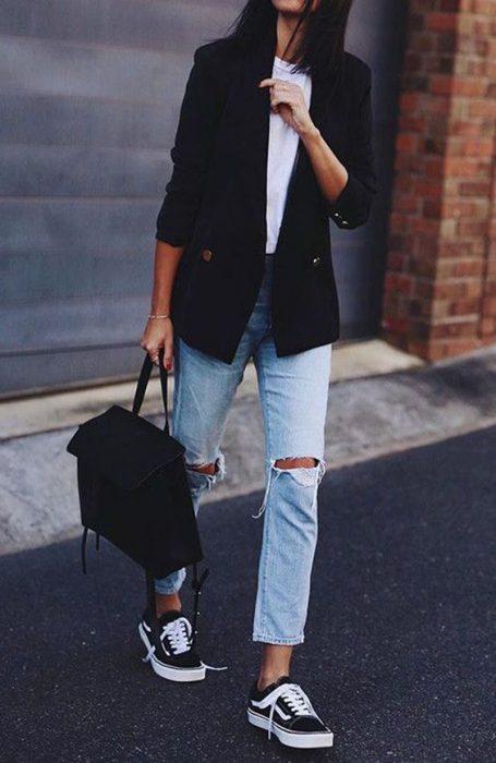 blazer con jeans y zapatillas negras