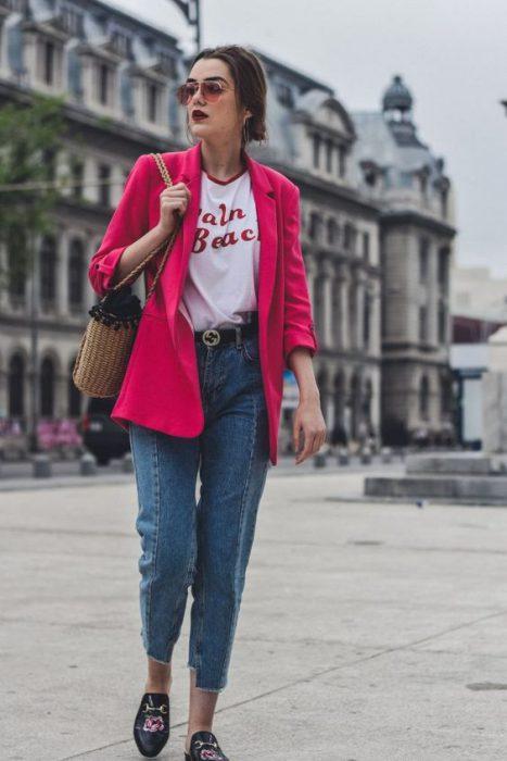 blazer fucsia con jeans