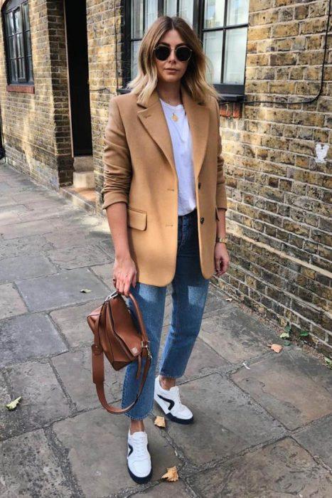 blazer marron con jeans