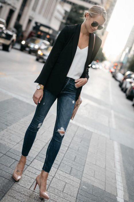 blazer negro y jeans chupin