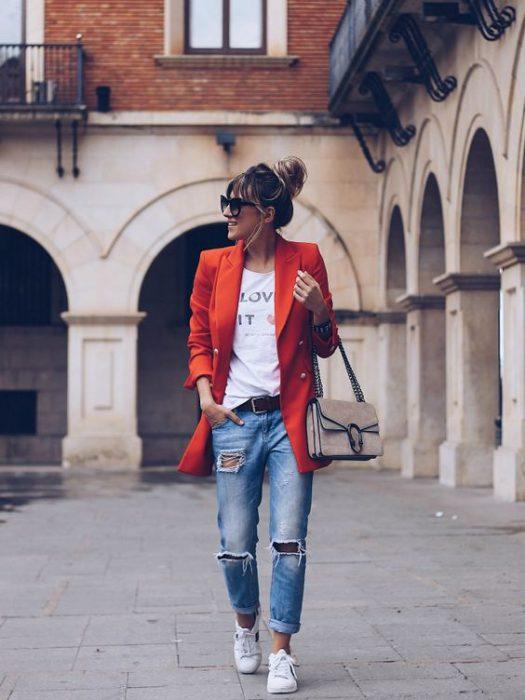 blazer rojo y jeans