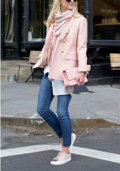 blazer rosa con jeans