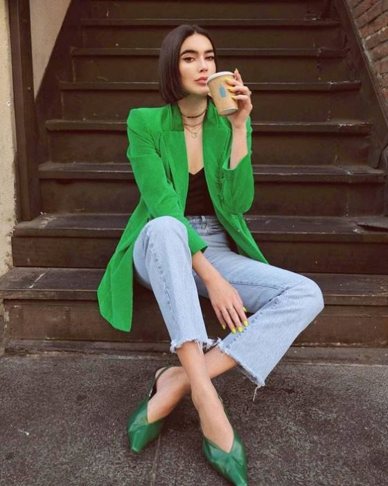 blazer verde con jeans