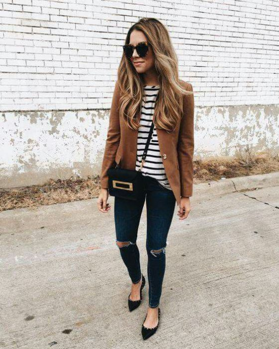 blezar marron con jeans rotos