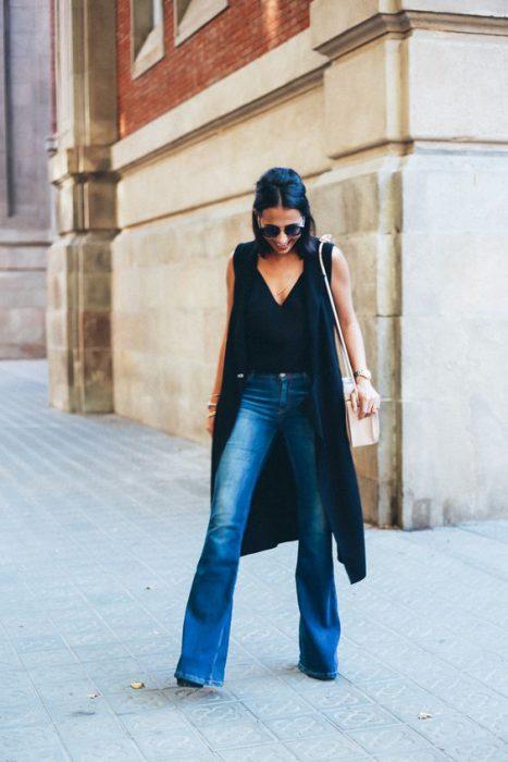 chaleco largo con jeans oxford look