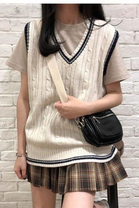 chaleco y minifalda con tablas