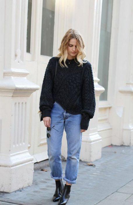 jeans anchos y sueater