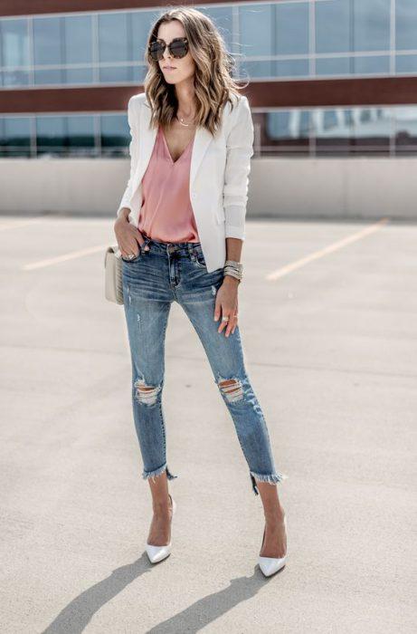 jeans con blusa lencera y blazer blanco