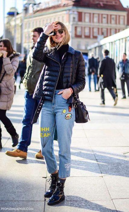 jeans mom con campera inflada negra