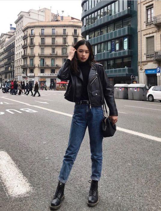 jeans recto con campera de cuero