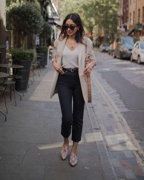 jeans recto negro outfit para ir a la oficina