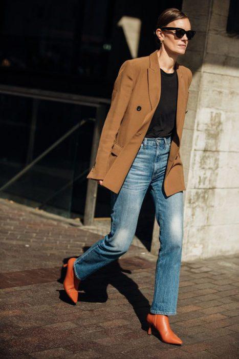 jeans recto y blazer marron