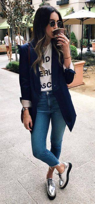 look casual con blazer azul y jeans