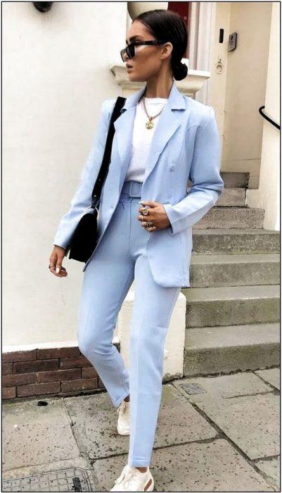 look casual con traje celeste