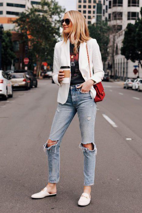 look casual informal con blazer blanco y jeans