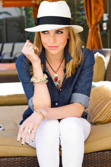 look elegante casual con sombrero mujer