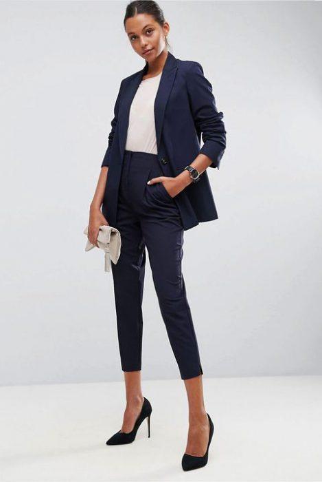 look formal juvenil con traje azul