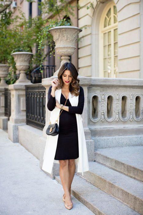 look para la oficina con vestido y chaleco largo