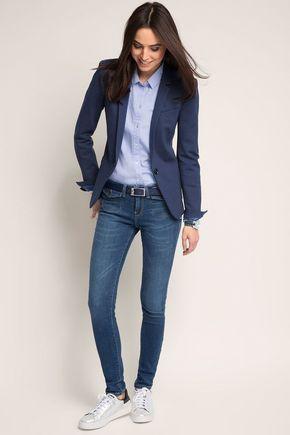 look semi formal con blazer azul y jeans
