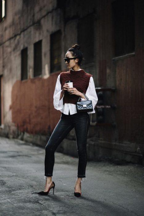 look urbano chaleco camisa y jeans