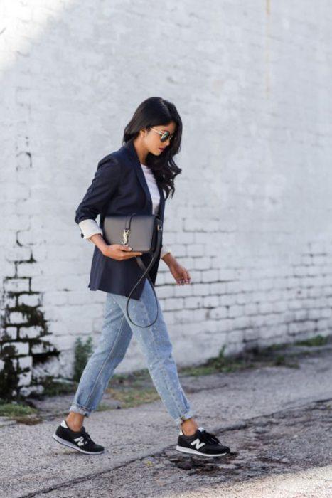 look urbano con blazer azul y jeans