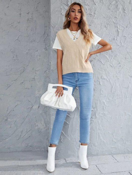remera chaleco y jeans